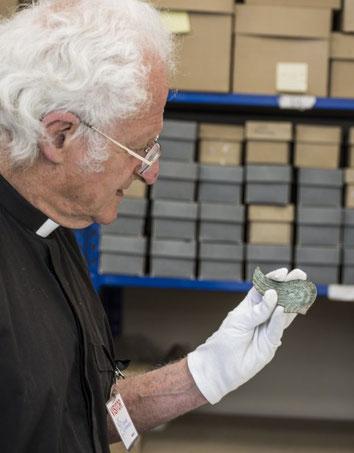 Le Dr. Martin Henig a étudié l'aile romaine (COTSWOLD ARCHAEOLOGY)