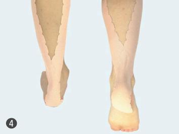 4.反対の足にも同じように貼ります。フクラハギの疲労回復、脚のツリ防止に。