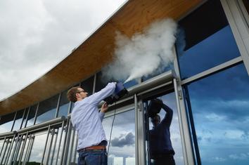 Konferenzraum Köln BlowerDoor Test Leckagensuche Anemometrie Nebel
