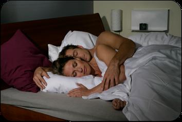 Gesunder und erholsamer Schlaf für beide Partner ohne Schnarchen mit einer Schnarcherschiene vom Zahnarzt (© proDente e.V.)