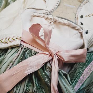 Dirndl, Brautdirndl in Midi Länge aus Leinen weiß und Jacquardgewebe mit Schürze in Grün / Rosa