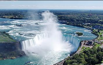 Les chutes du Niagara: les chutes américaines à gauche, les canadiennes à droite.