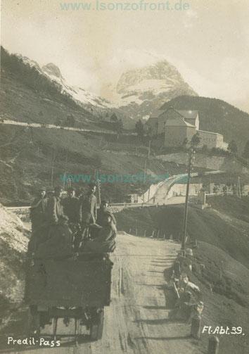 Deutsche Soldaten überqueren den Predil Pass mit einem LKW. Im Hintergrund die noch intakte Festung und der Mangart. Sammlung Isonzofront.de