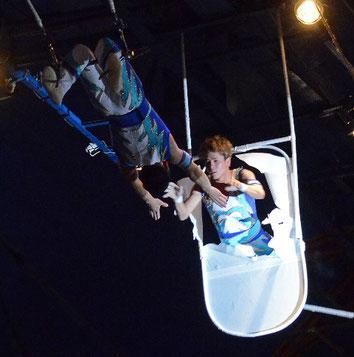 空中ブランコの演技指導も行う。ステージ中は両端にある高さ13メートルのジャンプ台でサポート役をになう