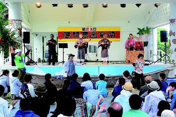 鳩間島音楽祭が開かれた。平年は約1500人が埋め尽くす会場に300人がゆったりと鳩間時間を過ごした=3日午後、鳩間公民館前野外ステージ