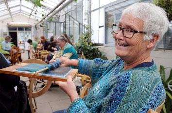 Sabine Schulz-Wolff mit Kadierbrett beim Spinntreff im Botanischen Garten Solingen
