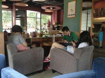 Drei Freunde im Café. Alle drei mit ihren Handys beschäftigt. Der Chat mit den Online-Freunden scheint wichtiger als das Gespräch mit den anwesenden Freunden.