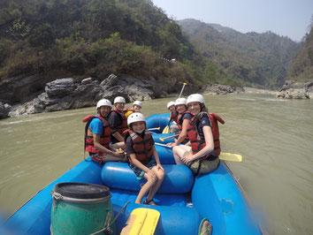 Gruppe mit Kind auf Raft