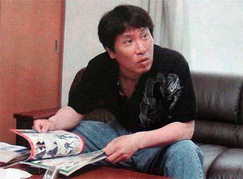 Masami Kurumada. Nacido el 6/12/1953 en Tokio. En 1973 debutó en la WSJ. Produjo éxitos como Ring ni Kakero, Fûma no Kojirô y Saint Seiya. Actualmente realiza Next Dimension, la secuela de Saint Seiya a todo color, publicada en la Weekly Shônen Champion.