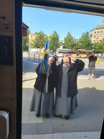 Schwestern winken zum Abschied