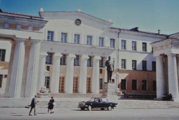 国立図書館の前に巨大なスターリン像があった(1986年9月ウランバートル)。1990年2月撤去された