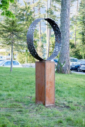 Sculpture métal réalisée par Michel Laurent. Les sculptures en acier s'intègrent parfaitement des les jardins