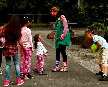Clownin LOTTE im Spiel mit Flüchtlingskindern