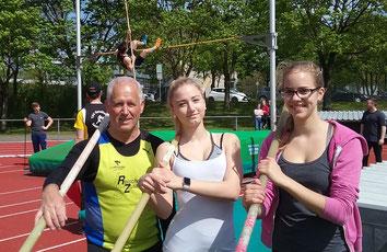 Start mit Stabhochsprung-KM Platz 1 und 2 in die Saison: Luise Sebök (rechts) und Lena Albrecht, mit Trainer Jürgen Hinterstößer