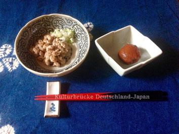 """""""Natto"""" (fermentierte Sojabohnen) und """"Umeboshi"""" (eingelegte Pflaume)"""