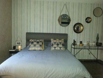 jeux de miroirs, transparence du mobilier pour ne pas alourdir cette petite chambre,  Parcay-Meslay 37000, Isabelle Mourcely, décoratrice UFDI Tours 37000 Chinon37500