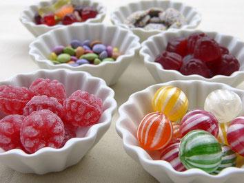 Weisse Schälchen mit bunten Bonbons