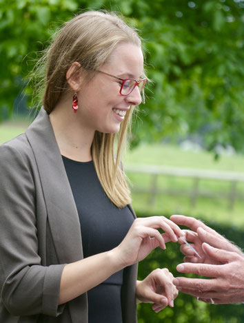 Isabelle Brandstetter overhandigt een visitekaartje