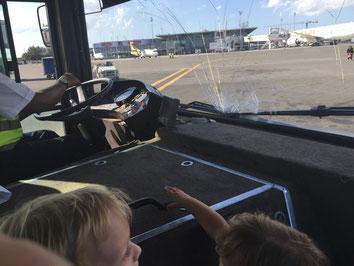 Fahrt vom Gate zum Fastjet Flieger