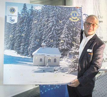 Hansjörg Zimmermann präsentiert die neue Ausgabe des Adventskalenders. Foto: Schimkat Schwarzwälder Bote