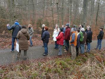 Oliver Maier erklärt die Habitatansprüche der Waldvögel