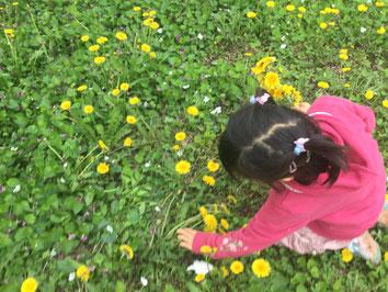 藤原さんの愛娘。正常な発達をするためには、自然に触れて、五感を使うことが必要。