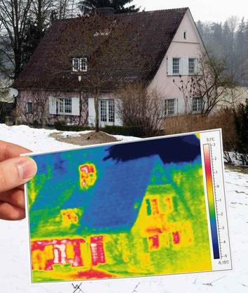 Die Thermografie-Aufnahme zeigt deutlich, dass über die Fenster und die Fassade viel Wärme entweicht (rote und gelbe Bereiche). Foto: Energiesparnetzwerk/fotolia.com