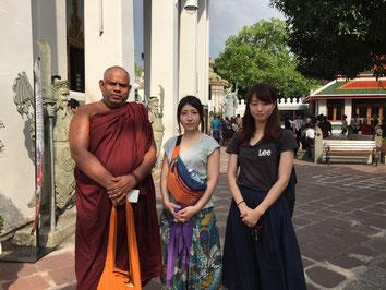 ルーシーダットンを学んだワット・ポーにて僧侶の方と笠井とリエさん