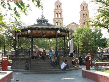 フアレス市の大聖堂とその手前にあるアルマス広場
