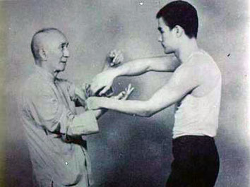 Yip Man trainiert Chi Sao mit Bruce Lee