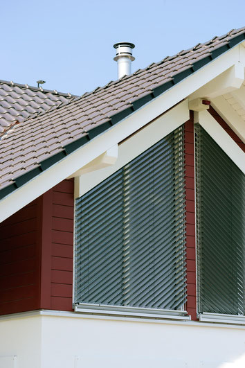 Sun protection blinds which automatically close with sunlight or open when it is too windy
