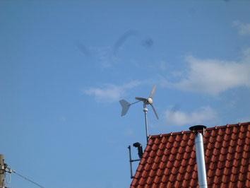 Haus Dach Wind Kraftanlage Installation am Haus Dach einer Wind - Kraftanlage Foto Solarstrom Simon