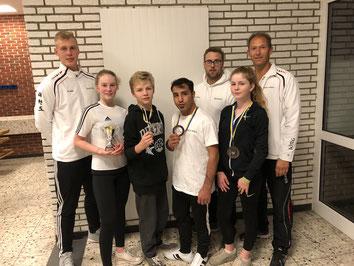 Auf dem Bild von links nach rechts: Marc Lenkewitz (Coach), Emily Michelswirth, Christian Haurenherm, Mahdi Kazemi, Benjamin Symalla, Lilian Michelswirth, Jörg Krieter (Coach)