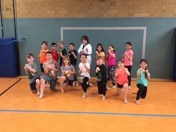 Trainerin Carmen Spiekermann (mitte) mit den Kindern der Schulsport-Taekwondo-Gruppe