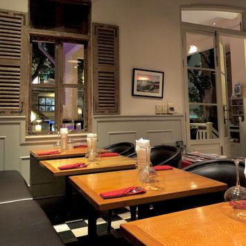 フレンチレストラン。ちらっと見える床に注目!