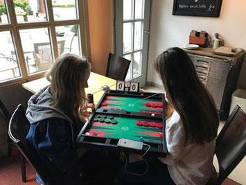 Backgammon ist Freundschaft: Viky (links) und Niusha