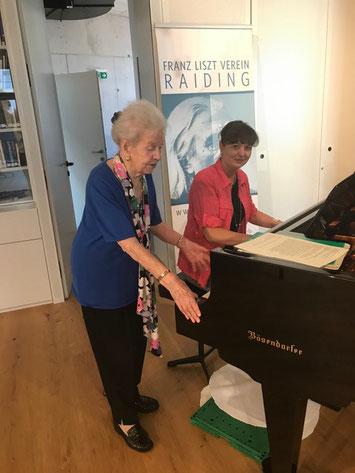 Die Pianistin Barbara Moser unter der strengen Aufsicht ihrer Klavierlehrerin Renate Kramer- Preisenhammer