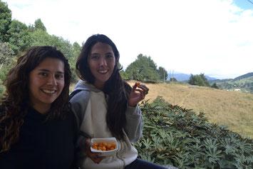 Ángela y Andrea comiendo uchuvas
