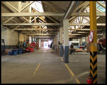 stockage de décors, grand hangar transformé en espace de rangement pour des décors de théâtre, de cinéma, de festival...