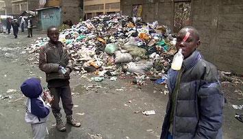 Kenya-Ragazzi per le strade di Nairobi city sniffano colla dalle bottiglie