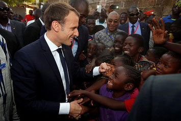 Il presidente francese Emmanuel Macron in una recente visita in Burkina Faso