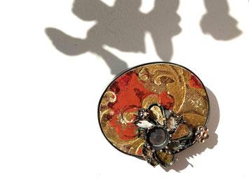 Brosche aus der Serie PALAZZO, Silber, Holz, Lack, € 550.-