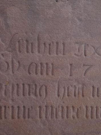 Ausschnitt des Textes auf der Rückseite des Grabsteins von Carolina Koch