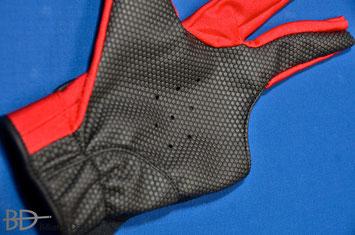 手の平側に通気孔のある改良版、もうすぐ発売