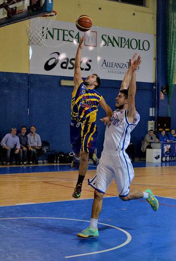 Il capitano in contropiede contrastato da Alessio Sabbadini (foto Daniele Piedinovi)