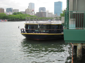大川に浮かぶ遊覧船
