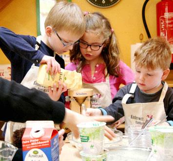 Kinder machen Müsli