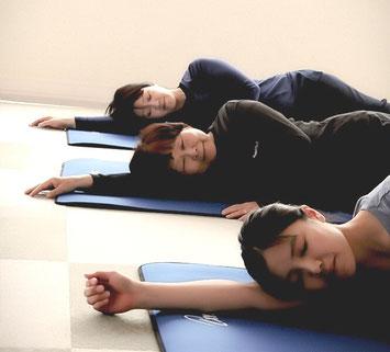 弛緩 リラックス くつろぎ 堺ヨガ 堺ヨーガ 瞑想 シャヴァアーサナ 健康