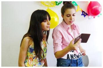 """Jugendliche drehen Filme da, wo sie sind und so, wie sie es erzählen wollen. """"Smart Toto"""" und """"Gib mir dein Herz"""" sind zwei Filmprojekte, die an der Freien Universität Berlin am 22.11.2016 Premiere feierten."""