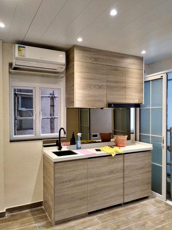 洋樓分間單位,廚房五臟俱全,並利用鏡子防油污及增加空間感。